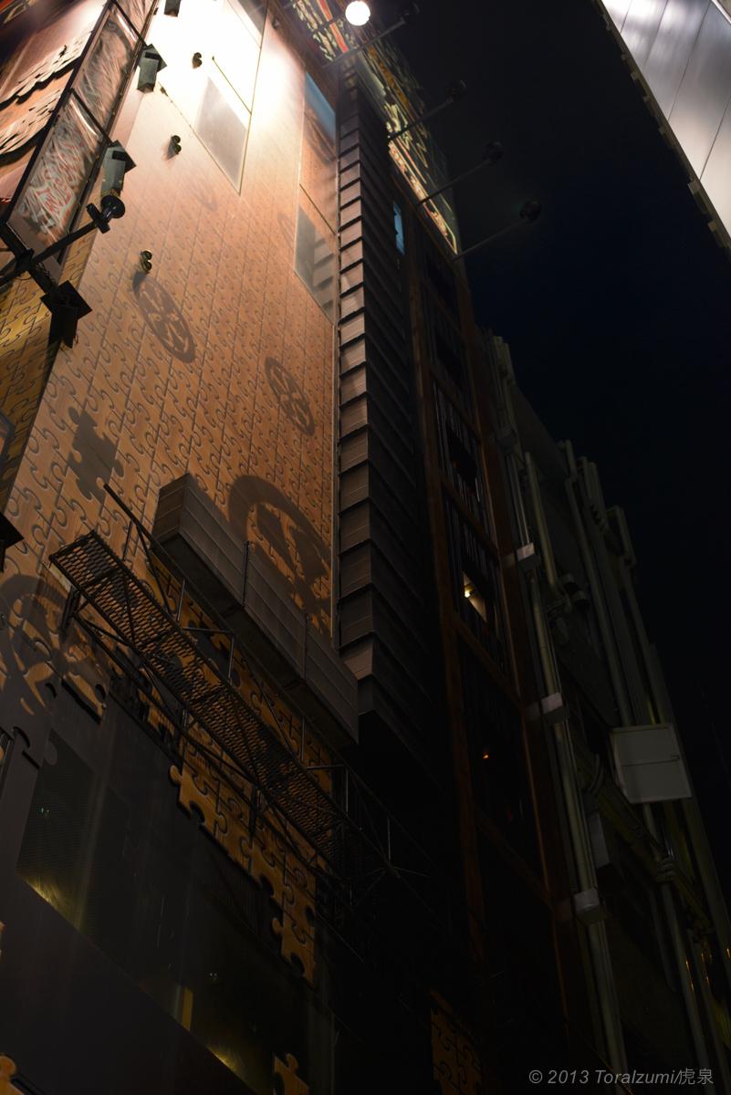 ライトアップされた新宿のビル